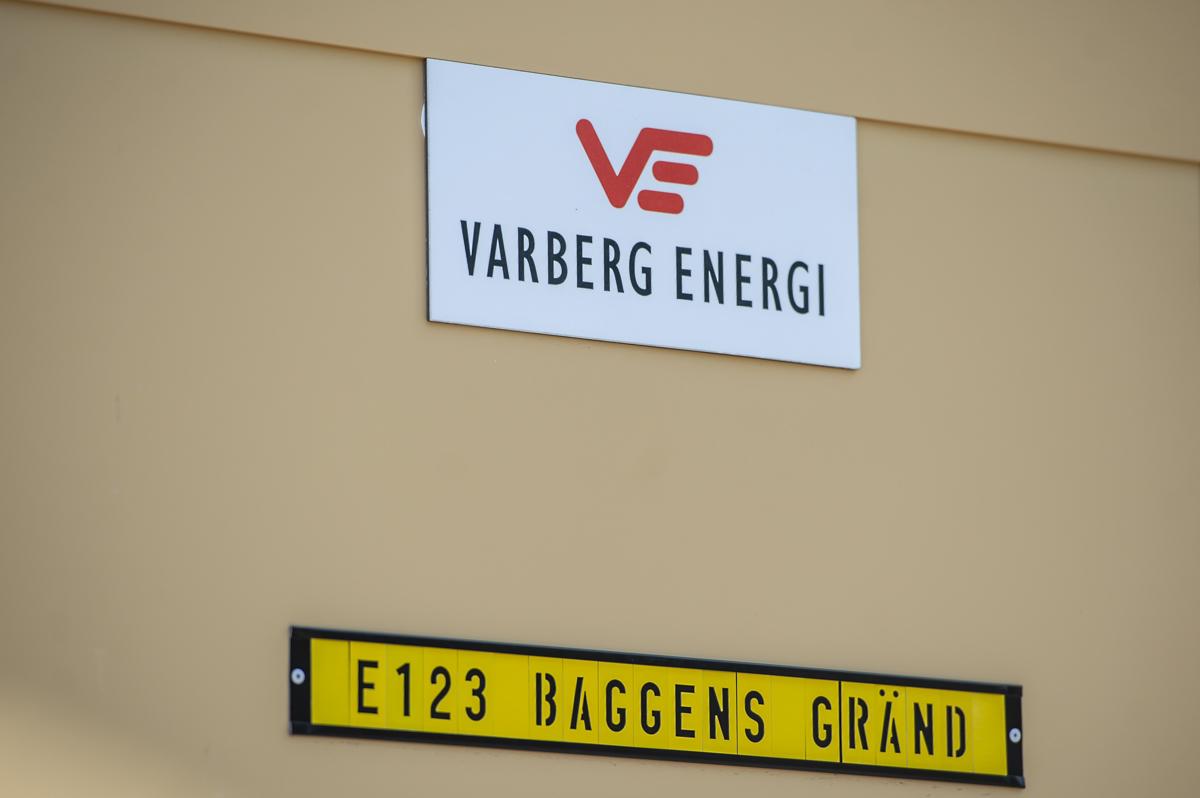 gul betongvägg med skyltar varberg energi samt E123 baggens gränd