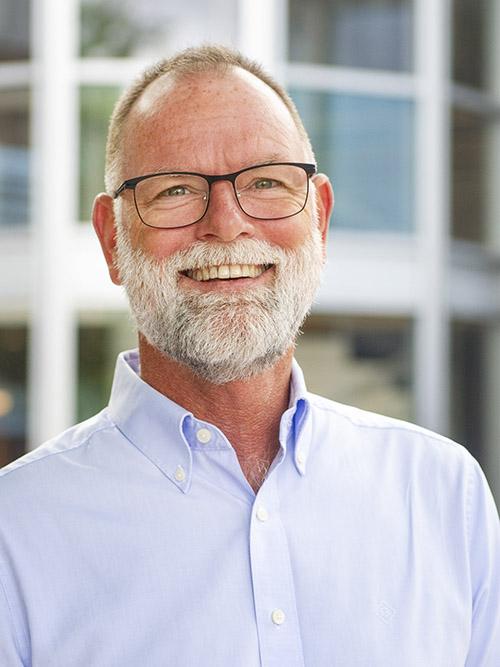 närbild porträtt på Lars Wessman framför kontorshus